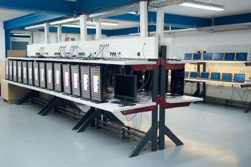 Monitore werden in der Teststation der technischen Abteilung geprüft